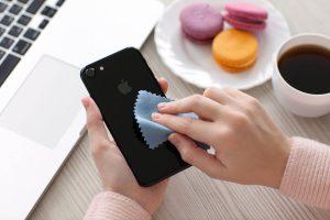 تمیز کردن موبایل برای مراقبت از پوست